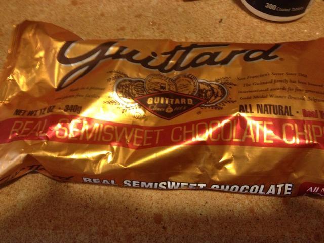 Usé 1 bolsa de chips de chocolate de buena calidad. Puede utilizar los chips de chocolate negro o blanco.