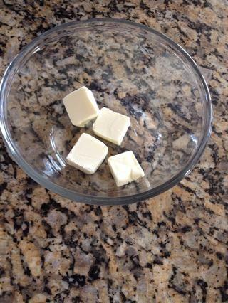 En un tazón grande de vidrio, agregar la mantequilla 4 TB