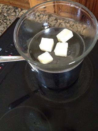 Baje el fuego a muy bajo, y el lugar recipiente de vidrio sobre el agua hirviendo a fuego lento