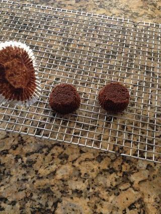 Mientras que el chocolate se derrite, retire la envoltura de sus bizcochos de chocolate y coloque el lado de abajo hacia arriba