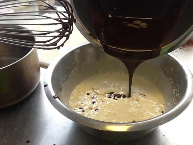 Mezclar huevo y harina se mezcla juntos para hacer la mezcla de brownie.