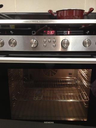 Precaliente el horno a 180 grados.