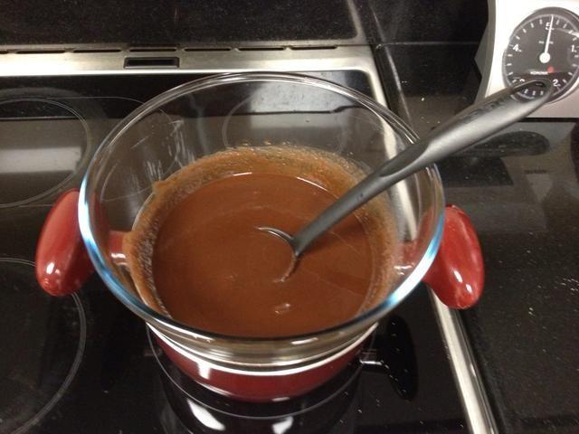 Poner la mantequilla, el chocolate negro y el azúcar en un recipiente que se distribuyen en un recipiente con agua tibia. Que se derriten, revolviendo ocasionalmente. Retire el recipiente de la cacerola y dejar enfriar.