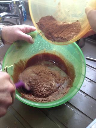 Doble la mezcla de harina a la mezcla de huevo y chocolate.