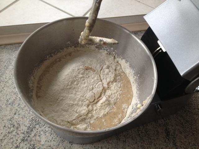 Añadir otros 300 gramos de harina