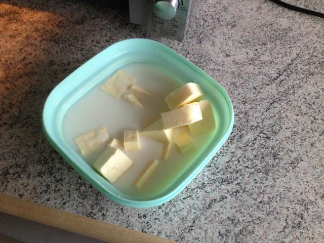 Agregue la leche y la mantequilla en un bol. Calentar en el microondas hasta que la leche es tibio, y la mantequilla está casi derretido.