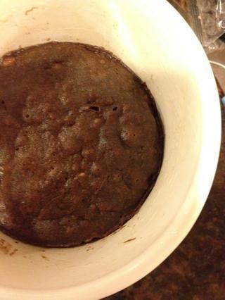 Rocíe el aceite de cocina en una taza. Vierta la masa. Microondas por 1 minuto y 30 segundos, y luego se deja reposar en el microondas durante un minuto. (basado en un 1.100 W)