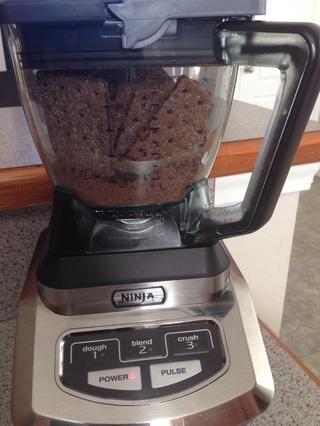 Pon las galletas graham en tu sistema de cocina ninja, o utilizar una bolsa zip lock para aplastarlos.