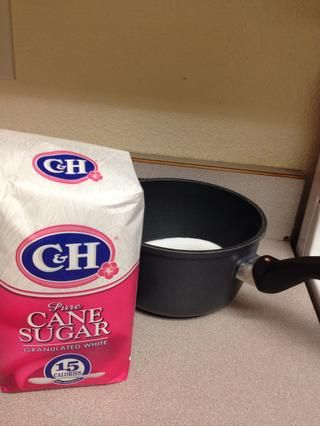 Mientras que su torta está en el horno, coloque 1 taza de azúcar en una cacerola.