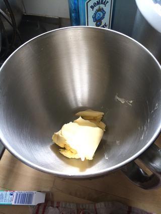 Mientras que los pasteles son hornear preparar el glaseado de mantequilla. Cantidad deseada usada fuera mantequilla