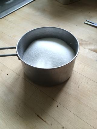 Derrama 3/4 taza de azúcar en polvo