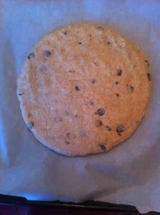 Forma la masa en el círculo de 9 pulgadas sobre una bandeja para hornear, cerca de 3/4 pulgada de espesor y espolvorear con azúcar