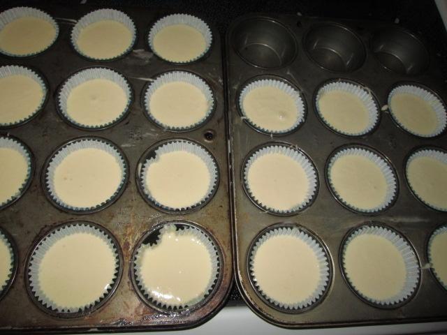 Vierta la mezcla en moldes de la magdalena que se alinean con los moldes de papel.