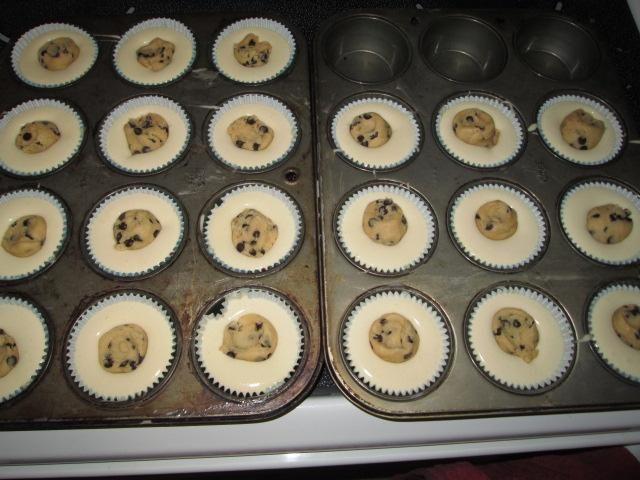 La caída de la masa de galletas en el medio de cada cupcake.Bake a 350 Fahrenheit hasta que un palillo insertado en la porción de la torta (no la bola de masa para galletas) viene limpio. A unos 20 minutos.