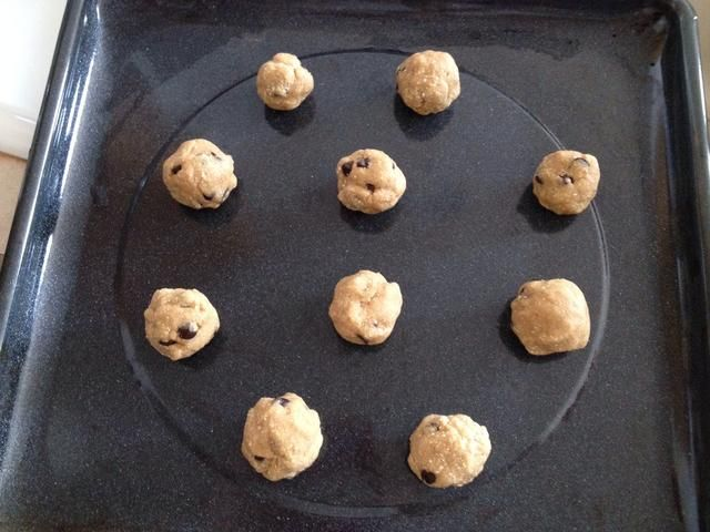Caída de la masa por cucharadas redondeadas en la hoja de cocinar un-engrasado y hornear durante 8-10 minutos o hasta que estén doradas. Una vez horneado hecho deje que se enfríe