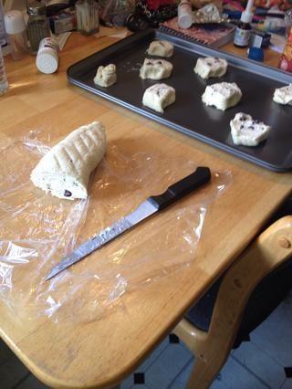 Cortar en trozos de 1/4 y colóquelas en bandejas para hornear antiadherentes.