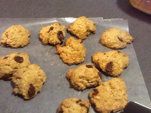 Retire con cuidado las cookies de bandeja de horno. Coloque sobre una rejilla de refrigeración.