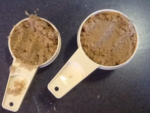 Mide 3/4 taza de azúcar morena, y añadir a la mezcla.