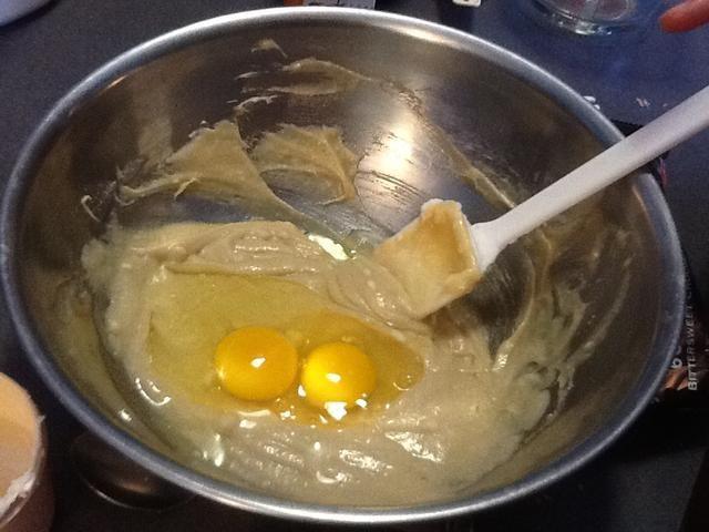 Grieta dos huevos, y agregue a la mezcla. Tenga cuidado de no dejar caer en las cáscaras de huevo. Revuelva hasta que los huevos han disuelto o desaparecido en la mezcla.