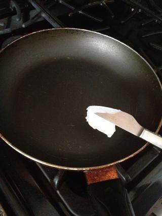 Agregar suficiente mantequilla para cubrir toda la sartén.