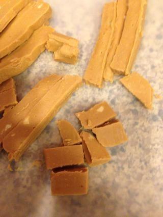 Tome su mantequilla de maní pedazo del molde de aluminio y cortar en trozos.