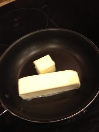 Derretir 10T de mantequilla hasta que se doren y desprende aroma de nuez. Don't burn it! Also easier if you have non coated pan to see color.