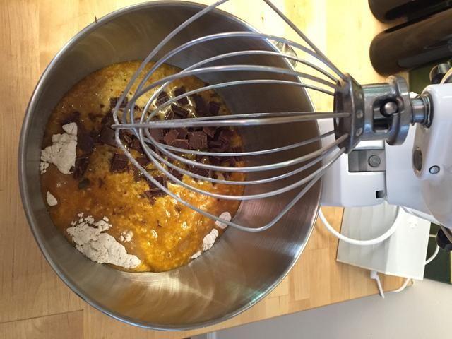 Agregue los ingredientes húmedos a los ingredientes secos. Añada sus chips de chocolate / trozos.