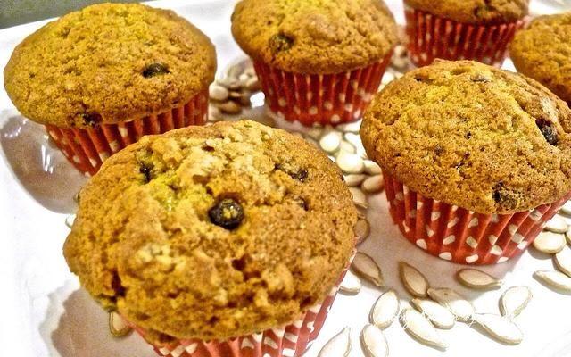 Estos muffins de calabaza con especias son deliciosamente húmedo y cargado con virutas de chocolate y las nueces en cada bocado. Por favor, acceder huangkitchen.com/chocolate-chip-pumpkin-walnut-muffins/ para más detalles.