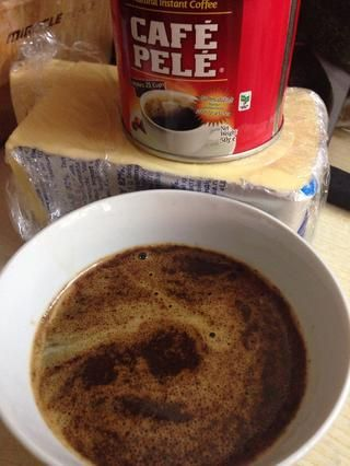 Después de que combinar el café instantáneo con una taza de café con agua caliente