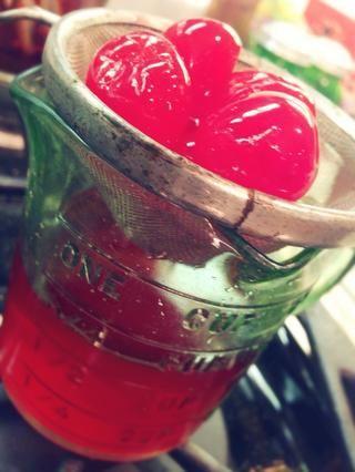 Escurrir un frasco de 10 onzas de cerezas al marrasquino. Preservar el jugo y dejar de lado para más tarde!
