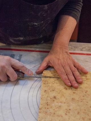 ¿Quieres conseguir un largo rectángulo de aproximadamente 2 pulgadas de espesor. Utilice un cuchillo afilado y cortar las galletas en rectángulos.