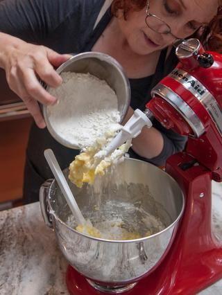 Añadir en la mezcla de polvo de hornear harina.