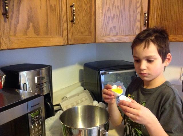 Romper los huevos y separar la clara de huevo y la yema. Ponga las claras de huevo en un recipiente de metal o vidrio. (Plástico cuencos don't work)