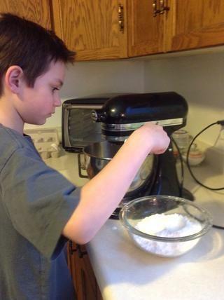 Añadir el azúcar glas, un poco a la vez, a las claras de huevo.