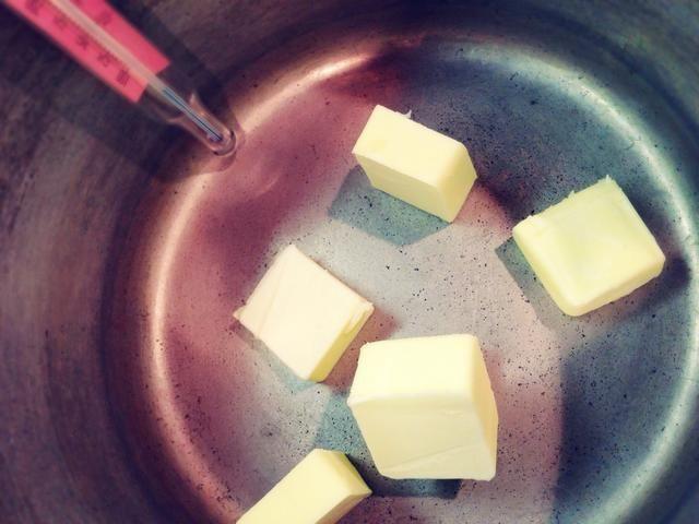 Añadir 6 cucharadas de mantequilla.