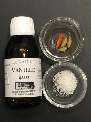 Agregar el extracto de vainilla ... cardamomo sal y chile son opcionales. Pero para tratar .. Interesante