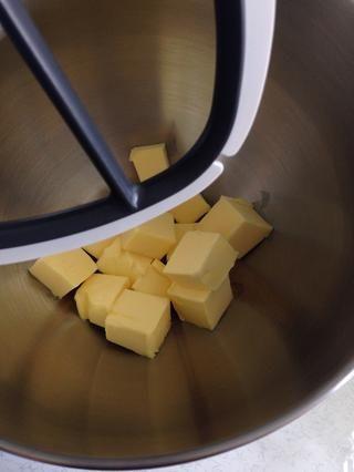 Para hacer que el lugar que hiela la mantequilla sin sal en el mezclador.