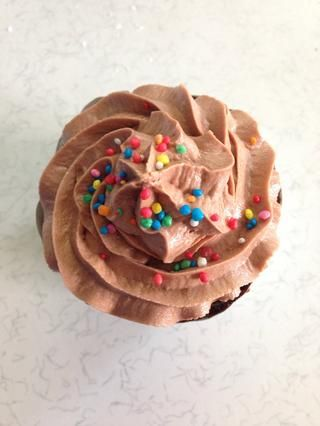 El uso de un tubo de manga pastelera el glaseado sobre los cupcakes y decorar lo que quieras! ?????? ¡disfrutar! * receta original de: http://gimmesomeoven.com/nutella-cupcakes/