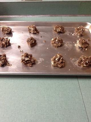 Coloque las galletas en una bandeja de horno