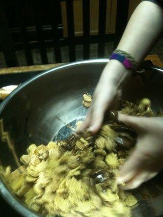 Mezcle juntos para que el cereal está completamente cubierto.