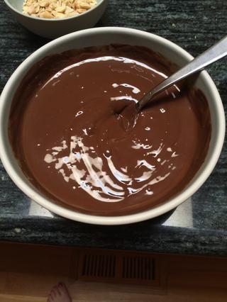 Picar el chocolate en trozos pequeños y poner en un baño maría. Caliente hasta que el chocolate es brillante y completamente derretido. Si está usando manteca o aceite de coco, agregue una taza cuarto ahora. Dejar de lado.