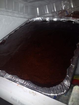 Derretir el chocolate que hiela en el microondas durante 1 minuto y verter sobre.