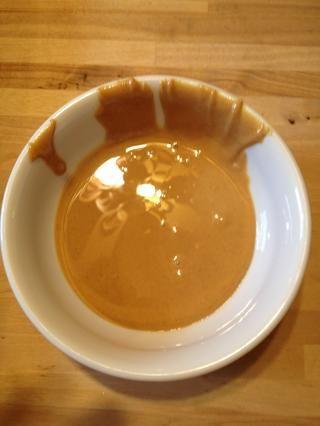 Deja tus restante 1/3 taza de mantequilla de maní en un recipiente apto para microondas. Microondas durante un minuto se derrita. Deje enfriar un poco.