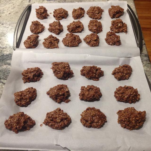 Utilice una cucharada de dejar caer la mezcla sobre papel de cera, y dejar establecido. Se puede tomar tan poco como 5 minutos para que las cookies para comenzar a mantener su forma. Ta-da! Usted está hecho, ahora limpiar su desorden. :)