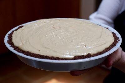 Tome el pastel y el pop en la nevera durante 4 a 5 horas hasta que's well set.