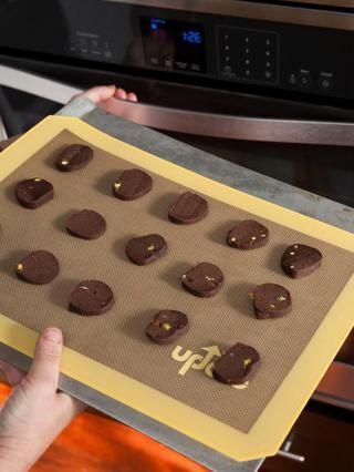 Ponga la masa de galletas en rodajas en la bandeja del horno, dándoles espacio suficiente entre, (aproximadamente 1 pulgada) y el pop en el horno.