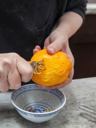 Zest la naranja y déjelo a un lado.