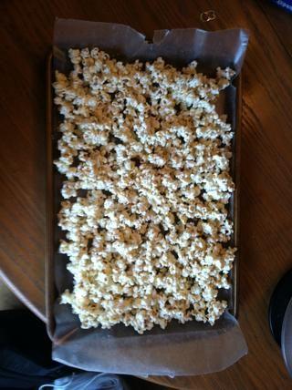 A continuación añadimos las palomitas de maíz. La cera era asegurarse de que cuando las palomitas de maíz seca ganó't sticking the sheet