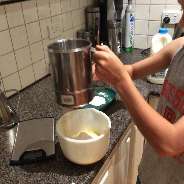 Tamizar la harina, polvo de hornear y el cacao junto a la mezcla