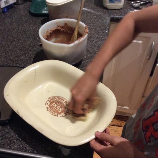 Engrasar la bandeja del horno con mantequilla